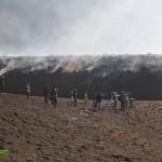 Schaulustige kommen um den Vulkanausbruch zu filmen und sich das Naturphänomen aus der Nähe anzusehen. Foto: Green Studio