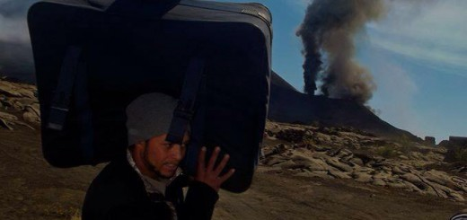 Theo Montrond hilft dabei Gepäck auf den Wagen zu laden. Foto: Marcos Rocha