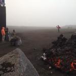 Der Lavastrom ist kurz davor das Zentrum zu zerstören. Foto: Theo Montrond.