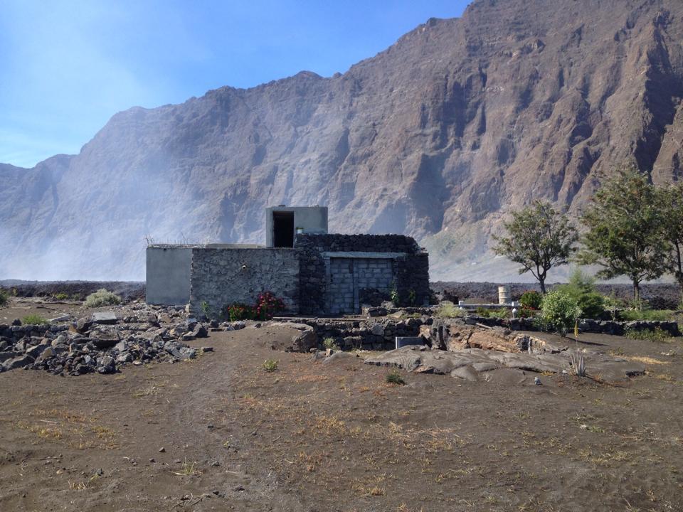 Das Haus von Theo Montrond, kurz bevor die Lava es erreicht. Foto: Theo Montrond